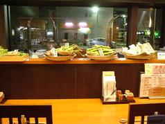 一階はテーブル席、カウンターもご用意しております♪仲のいい方たちと飲みかわすのにお勧め♪