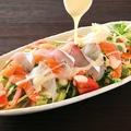 料理メニュー写真北海道直送鮮魚入り海鮮サラダ