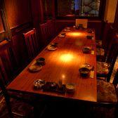 【6名様~8名様向け|テーブル完全個室】扉付の完全個室を完備しています。周りを気にすることなくご利用いただけるので、会話を妨げられることなくお食事を楽しめます。渋谷駅徒歩1分なので、集合・待ち合わせにも便利!お得な食べ飲み放題付コースも2,980円~豊富にございますので、是非ご利用くださいませ♪