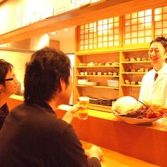 カウンターは特等席!店主の手捌きや店主との会話も楽しめます。