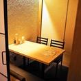 【4名様までご利用いただけるテーブル席】仕切りのあるテーブル席になります。周りを気にすることなくお食事を楽しめる個室席は大変人気ですので、個室をご希望の際にはご予約がおすすめです♪札幌駅直結の居酒屋「ふうり」なら少人数での飲み会も大人数でのご宴会もお任せ下さい♪