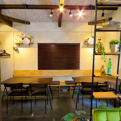 屋内スペースはカフェのような雰囲気。あたたかみのあるインテリアが落ち着く空間です♪ソファ席もあるので、ゆったりお食事を楽しみたい方にぴったりのお席です。