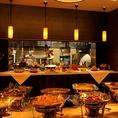 落ち着いた雰囲気の広々とした店内には、ライブキッチンから出来たての料理が提供されます☆シェフがお客様の前でパフォーマンスをすることも♪ご宿泊するお客様だけでなく、外から気軽にお楽しみ頂けます。