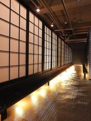 しっとりとした大人の空間でゆったりとお過ごし下さい。席とホールの間は障子、席と席の間は壁で遮られており、完全個室でご案内出来ます。