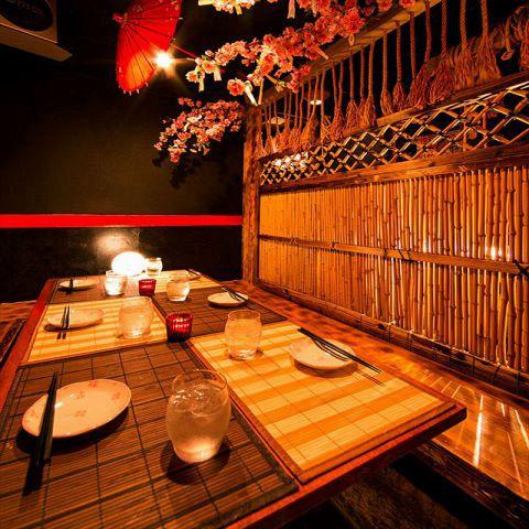 豪華な装飾の数々がお客様の宴を彩ります!色とりどりの和傘と間接照明の数々。都会の喧騒を忘れさせてくれる御籠もり空間となっております。周りを気にせずゆったりとお過ごしください♪ここでしか味わうことができない素敵なお時間をお客様にお届けします!!