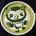 【Thisisscafe袋井店限定!】袋井市のイメージキャラクター『フッピー』をモチーフにした抹茶ラテをご用意しております。当店のバリスタが1つ1つラテアートを描いております♪パティシエが作る手作りスイーツ、焼きたてワッフルをお楽しみ下さい♪ドリンク+デザートの『スイーツセット:830円』にてご用意しております。
