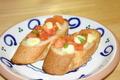 料理メニュー写真トマトとチーズのブルスケッタ
