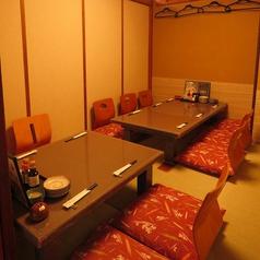 接待や懇親会におすすめの最大12名様の掘りごたつ個室です。周囲を気にしないプライベート空間は接待や会社のご宴会などビジネスシーンに最適。当店オリジナルのお刺身専用日本酒や地酒もご用意しておりますので、お造りとご一緒にぜひお召し上がりください。