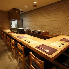 【1~8名様までOK】木目調の机で新鮮な海鮮・寿司をお楽しみください!寿司職人を目の前で楽しみながらお食事ができます。カップル、お友達、同僚、ご夫婦でご利用しやすいお席です!またお一人様でもサク飲みにご利用頂けますのでお気軽にお立ち寄りください!