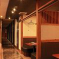 半個室テーブル席と、カップルシート席が並ぶ廊下手前側