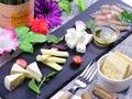 料理メニュー写真チーズと生ハムの盛り合わせ