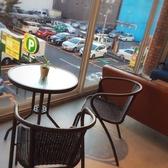 「window 002」2名様テーブル席窓際2人用テーブル席。ロマンティックな雰囲気を楽しみたい方はぜひこちらを。お酒がすすむ席だと言われます。