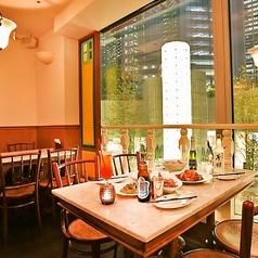 地下1階ながら眺望が抜群!汐留のイルミネーションを眺めながらお食事やお酒をお楽しみ頂けるお席もご用意。