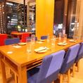 夜景が見えるテーブル席は人数に合わせてレイアウトできます。