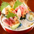【豊洲直送】当店名物料理!!お刺身三種盛り合わせは900円~で毎日新鮮な魚を仕入れ、お客様へ安全・安心なお魚をご提供させて頂いております。五種盛り合わせ1500円~ご用意しております。ほっこり自慢の空間とお料理、豊富なお酒と共にお楽しみくださいませ♪