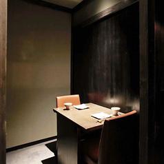 2名掛けの個室も有り。2名個室はデートやご接待でも可能。天井のあるスペースです。2名個室×2卓と4名個室があり、それぞれつなげられます。6名個室、7名個室、12名個室のパターンができます。