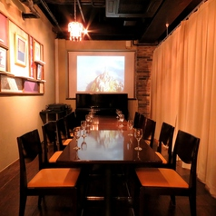 【カーテン個室】こちらは10名程度でのご利用可能なカーテン個室。人数に応じてアレンジ自由な店内。