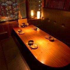 4~6名様向けの夜景も見える窓際ソファー席!背もたれふかふかのゆったり席!お子様連れやファミリーに特に人気で、個室ではないものの座り心地に関してはしぶや畑のNo,1♪東京の夜景を楽しみつつ、会話が弾むこと間違い無しのイチオシのお席でございます!