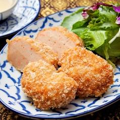 料理メニュー写真ふわふわ海老のすり身揚げ「トード・マン・クン」 2個