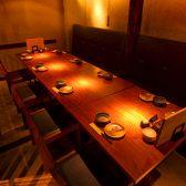 【4名様~10名様向け|テーブル個室】少人数~中規模の宴会にオススメのお席。簾で仕切られたお席なので仕切りを外せば、10名様でもOK◎!椅子&ソファーなのでお子様連れのお客様でもご利用いただけます。急な人数変動に対応したお席なので、幹事様も安心してご利用いただけます♪