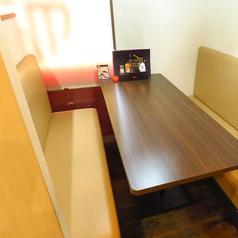 4名がけのソファー席は4卓ございます。お隣の席と壁で仕切られており、ゆったりと会話やお食事をお楽しみいただけます。