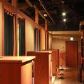 廊下奥は、掘りごたつ個室が並ぶ空間。各個室は、間仕切りを外せば宴会空間に拡張出来ます!