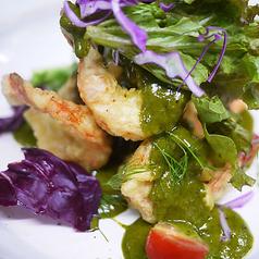 料理メニュー写真プリプリのエビマヨネーズ バジルソースで