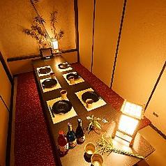 飲み会によく合う8名個室♪みんなの顔が見れる一つのテーブルを囲んで座っていただけるお席です!女子会、誕生日などにも最適です。
