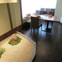 ゆったりとした窓側の個室。大切な方との会話と料理を楽しみながら素敵な時間をお過ごしください。