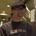 ≪調理主任♪大さん≫ 世界各国を旅したり海外アーティストのボディーガードをしたりと経験豊富(笑)豊富な知識から生まれる料理は弊社の若手から一目置かれる存在です。いつもニコニコ笑顔の素敵な大さんです♪