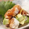料理メニュー写真鶏とアボカドの山わさび醤油