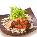 料理メニュー写真新玉ねぎとサバの竜田揚サラダ
