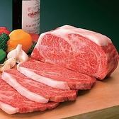 【特選和牛 静岡そだち】柔らかくきめ細かな肉質と上品な旨みのある和牛肉の生産を目指し、静岡県内の指定農場において、黒毛和種雌牛の肥育にこだわって生産。和牛のおいしさを引き出す専用飼料を与え、「静岡そだち飼育管理マニュアル」による統一した飼養管理で育てられています。