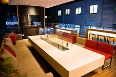 2Fテラス席:10名様~貸切可能なゆったりとした広々ソファー席。二次会・三次会や各種イベントに幅広くご利用いただけます。学生さんもぜひ♪モニターを完備しておりますので、お持ちのデータを流しながら、お食事をお楽しみ頂けます!