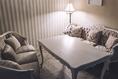 《WHITEroom》白を基調とした、大人女子空間。両サイドゆったりのソファー席。4名~6名様までご利用可能。カーテンで仕切られた個室です。