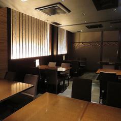 しっとりと落ち着いた、和モダンな雰囲気のお席がございます。大人の空間を創りだす柔らかい照明と流れる時間…。ゆっくりと落ち着いた空間でお料理やお酒をご堪能ください。