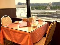 窓際のテーブル席からは福山城が一望できる♪