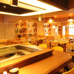 【カウンター席】当店自慢の海鮮料理は、専用漁港から独自のルートを通して直送、直前までいけすで泳いでいた最高の鮮度の魚介類を使用しております。また、こだわりの日本酒はワインセラーの如く温度・湿度を厳重管理しております。相性抜群の海鮮料理&日本酒を是非ご賞味ください。