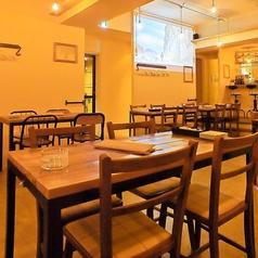 スペースに合せたオーダーメイドのテーブルとイスをご用意。会社帰りのサク飲み・サク飯やデートにも。