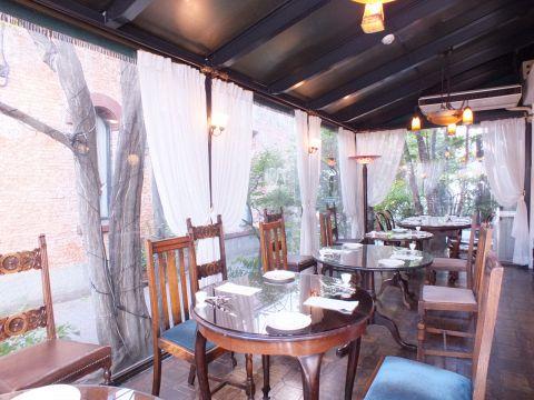 1Fレストランスペース『グランサロン』窓際席は12席。竹下通りの喧噪とは違う優雅なヨーロッパの街並みを感じるブラームスの小径を見ながらの食事は非日常であること間違いなし。