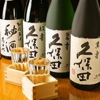 【カウンターにずらりと並ぶ日本酒・焼酎】