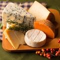 料理メニュー写真世界より届く選りすぐりのチーズたちを、リーズナブルな月変わりや盛り合わせで