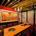 【4F】外国の方にも喜んで頂けそうな、和モダンな雰囲気は宴会に最適。最大30名様までの個室もご用意できます。