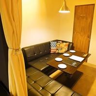 カーテンで仕切られた『ソファー半個室』2部屋有り♪