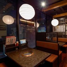 【4F】夜景がみえるテーブル席はデートに最適。カウンターもございます。