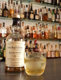 ウイスキーなどずらりと並ぶボトルの中からお好みの一杯を見つけてください。