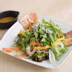 料理メニュー写真海鮮炙り楽蔵サラダ 【レギュラー】