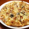 料理メニュー写真スペイン産オリーブとドライトマトの《ダブルチーズピッツァ》