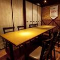 【BEER&BBQ川崎は様々な個室をご用意】2名様から8名様まで完全個室をご用意しております。開放的な空間でにぎやかに楽しむことも、プライベートな個室でゆっくり楽しむこともシチュエーションに合わせてお選びいただけます。個室は人気のお席につきお早目のご予約をおすすめいたします。