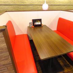 6名がけのソファー席は4卓ございます。ご家族やご友人とのお食事におすすめです。